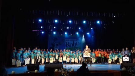 wszyscy uczestnicy festiwalu na scenie podczas gali finałowej