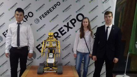 zdjęcie na ściance sponsora z największym robotem festiwalu